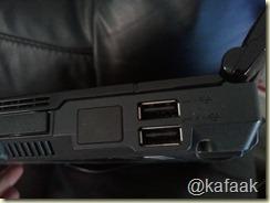พอร์ต USB ที่ชาร์จอุปกรณ์พกพาได้แม้จะปิดโน้ตบุ๊กอยู่ (พอร์ตล่าง)
