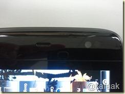 ด้านหน้ามีกล้องเว็บแคมและเซ็นเซอร์