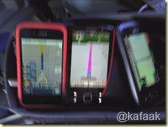 สมาร์ทโฟน พร้อม GPS จากสามค่าย ... ขออภัยที่รูปเบลอ เพราะรถกำลังแล่นครับ อิอิ